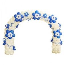 Белая арка с синими цветами из воздушных шаров