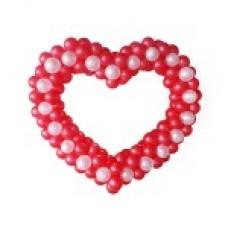 Красное сердце с белыми вкраплениями из воздушных шаров