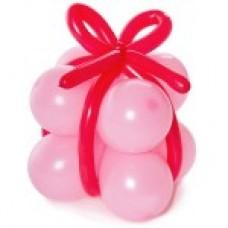 Розовый подарок с красной лентой из воздушных шаров
