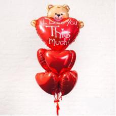 Фонтан из фольгированных сердец и медвежонка