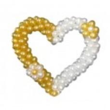 Сердце с белой и золотой половиной из воздушных шаров